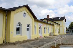 Nebengebäude am Bahnhof Soltau, jetzt Nutzung als Veranstaltungs-Location - roter Bahnhof.