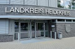 Eingang vom Verwaltungsgebäude des Landkreises Heidekreis in der Hamburger Straße von Soltau.