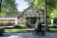 Fachwerkgebäude mit kunstvoller Ziegelfüllung, biblische Inschrift im Stützgebälk - jetzt Nutzung als Apotheke.