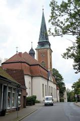 Blick auf die Sankt Johannes Kirche in der Bahnhofstraße von Soltau. Nach einem Brand wieder aufgebaut  1908 - Architekt  Eduard Wendebourg, Baustil Neobarock.