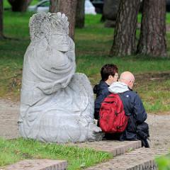 Skulptur Wut  im Garten beim Kaffee Worpswede; Buddha Statue - Entwurf Bernhard Hoetger, 1914. Das Kaffee Worpswede / Große Kunstschau ist ein expressionistischer Bau, am Fuße des Weyerbergs von Worpswede gelegen.