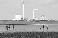 Blick von Eckwarderhörne / Halbinsel Butjadingen über den Jadebusen zum Steinkohlekraftwerk Wilhelmshaven und dem Ölhafen.