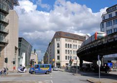 Blick vom Rödingsmarkt in der Hamburger Altstadt über die Altenwalltbrücke zum Alten Wall; re. das Geländer zum Mönkedammfleet. Eine Hochbahn fährt auf dem Viadukt zum Bahnhof Rödingsmarkt.