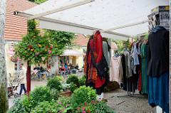 Geschäfte mit kunsthandwerklichen Produkten in der Bergstraße von Worpswede.