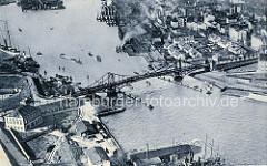 Historische Luftaufnahme vom Hafen und der Kaiser Wilhelm Brücke in Wilhelmshaven.