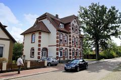 Villa mit rotem Ziegeldekor - alte, hohe Eiche in der Mühlenstraße von Soltau.