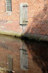 Ladeluke in einem der historischen Lagergebäude der Soltauer Filzfabrik am Ufer der Soltau.