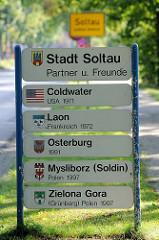 Ortsschild / Stadtgrenze der Stadt Soltau, Landkreis Heidekreis; Tafel mit den Namen der Partner und Freunde der Stadt.