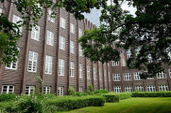 """Rückansicht vom Rathaus Wilhelmshaven, von Einheimischen liebevoll """"Burg am Meer"""" genannt. Ehemals Gebäude vom Rat der Stadt Wüstlingen, ab 1937 Rathaus der Stadt Wilhelmshaven. Das expressionistische Klinkergebäude wurde 1929 eingeweiht."""