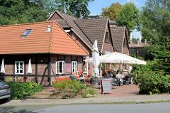 Kleine Cafés mit Außengastronomie laden die vielen Touristen in Worpswede zum Verweilen ein.