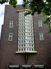 """Seitenansicht vom Rathaus Wilhelmshaven, von Einheimischen liebevoll """"Burg am Meer"""" genannt. Ehemals Gebäude vom Rat der Stadt Wüstlingen, ab 1937 Rathaus der Stadt Wilhelmshaven. Das expressionistische Klinkergebäude wurde 1929 eingeweiht."""