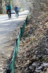 Auf einer Länge von 600 m wird ein grüner Krötenzaun entlang der viel befahrenen Straße am Tangstedter  Forst errichtet. Dieser Krötenzaun hält die wandernden Kröten vom Überqueren der Straße ab.