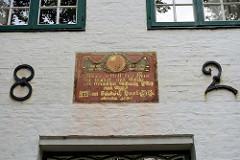 Historische Inschrift mit der Jahreszahl 1824 über dem Eingang des Gebäudes vom Stolte-Haus /Kaufhaus in der  Findorffstraße von Worpswede - der Künstler  Fritz Mackensen lebte dort ab 1884.