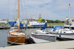 Sportboote / Segelboote im Fluthafen von Wilhelmshaven; dahinter der Forschungskutter Senckenberg der Senckenberg Gesellschaft für Naturforschung.
