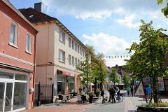 Die Marktstraße als Fußgängerzone und Einkaufsstraße / Geschäftsstraße zum Bummeln im Zentrum der Altstadt von Soltau.