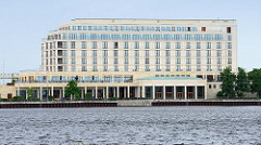 Gebäude vom Atlantic Hotel am großen Hafen in Wilhelmshaven.