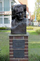 Denkmal / Bronzeplakette mit dem Porträt Heinrich Vogelers in der Bergstraße von Worpswede; Inschrift der Träumer ging verloren, seine Träume bleiben.