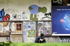 Graffiti und Wandmalerei / Werbeplakat an einem Abrisshaus in Hamburg St. Pauli; Pärchen beim Knutschen.