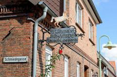 Altes Firmenschild / Metallschild einer Schmiede / Bauschlosserei, aufbäumendes Pferd an der Schmiedegasse von Soltau.