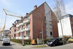 Architektur der 1960er  Jahre in Hamburg Stellingen; zweistöckiger Wohnblock mit Satteldach und schräg ausgerichteten Balkons.