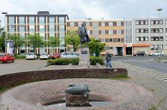 Architektur der 1960er Jahre am Bismarckplatz in Wilhelmshaven; Brunnenanlage mit Seehund und Bismarckdenkmal.