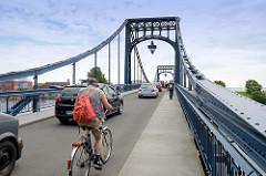 Straßenverkehr auf der Kaiser Wilhelm Brücke in Wilhelmshaven; die Brücke hat eine Spannweite von 159 m und wurde 1907 fertig gestellt - es war die  größte Drehbrücke Deutschlands; Entwurf Oberbaurat Ernst Troschel.