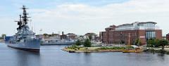 Blick auf den Ems Jade Kanal in Wilhelmshaven; der Zerstörer  Mölders liegt als Museumsschiff vor Anker  - das Kriegsschiff der Bundesmarine wurde 2003 außer Dienst gestellt und dient jetzt als Museumsschiff in Wilhelmshaven.