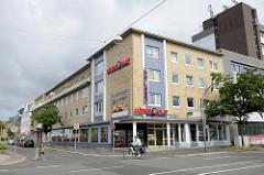 Geschäftshäuser / Wohnhäuser im Baustil der 1960er Jahre in der Gökerstraße von Wilhelmshaven.