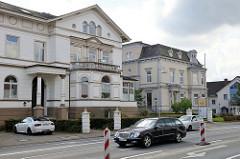 Historische Geschäftshäuser in der Wilhelmstraße von Soltau; ehemalige Villen des Fabrikanten L. Röders - Baustil des Historismus. Jetzt Nutzung u. a. als Bankgebäude.