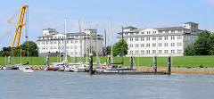 Blick über den Fluthafen  von Wilhelmshaven zu den Gebäuden der ehemaligen Lagerhäuser für Minen und Torpedos in der Schleusensstraße. Die Lagerhäuser wurden für die kaiserliche Marine 1914 fertig gestellt.
