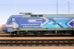 "Güterlokomotive mit Werbeaufschrift denglisch ""strong partnership in hinterland transportation"" - Hafenbahn Hamburger Hafen HPA."