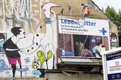 Graffiti und Wandmalerei / Werbeplakat an einem Abrisshaus in Hamburg St. Pauli. Schild Neubauwohnungen zu verkaufen.