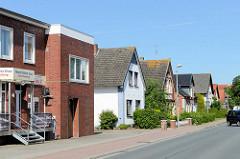 Moderne und historische  Architektur / Wohnhäuser mit Satteldach in der Butjadinger Straße von Burhave.