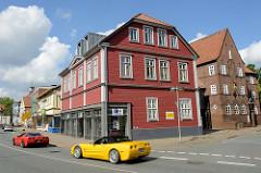 Straßenverkehr, farbige Autos in der Poststraße von Soltau; rechts das Gebäude / Verwaltungsgebäude des Feuerversicherungsvereins Soltau a.G; Backsteinarchitektur.