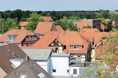 Blick über die Dächer von Soltau; rechts die Backsteinarchitektur vom historischen Schulgebäude der GS Freudenthalschule in der Mühlenstraße.