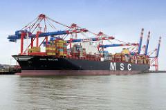 Das Containerschiff MSC Oscar liegt unter den Containerbrücken am JadeWeserport (JWP) in Wilhelmshaven; das Container-Terminal wurde als Tiefwasserhafen an der Innenjade gebaut und 2012 in Betrieb genommen.