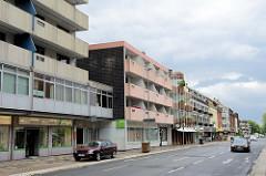 Wohnhäuser /  Geschäftshäuser im Baustil der 1960 / 70er Jahre am Bismarckplatz / Bismarckstraße in Wilhelmshaven.