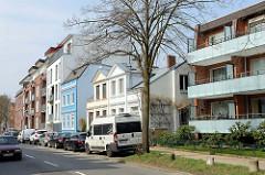 Wohnhäuser in unterschiedlichen Baustil, Straße Steenwisch in Hamburg Stellingen.