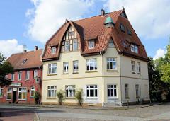 Restaurierte große Villa im Heimatsstil, Giebel mit Fachwerk und Eckturm mit Kupferdach in der Rosenstraße / Quergasse von Soltau.