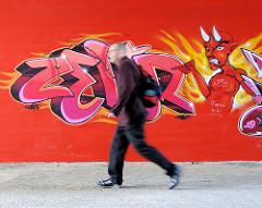 Graffiti mit Teufel - zeigt auf einen Passanten in der Fussgängerunterführung unter Wilhelmburger Reichsstraße im Hamburger Stadtteil Wilhelmsburg.