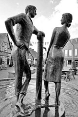 Heiratsbrunnen am Hagen  / Marktplatz in Soltau; errichtet 1978 Bildhauer  Karlheinz Goedtke.