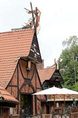 Giebel -  Kaffee Worpswede / Große Kunstschau ist ein expressionistischer Bau, am Fuße des Weyerbergs von Worpswede gelegen. Das Backstein-Ensembles  dient seit 1925 als Café und Restaurant.