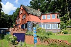 Wohnhaus und Keramikwerkstatt / Töpferei des Keramiker Willi Ohler,  der 1930 das Gebäude nach seinen Vorstellungen errichten ließ. Das am Weyerberg bei Worpswede gelegene Gebäude wird als Ferienhaus genutzt.