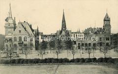 Historische Ansicht vom Rathausplatz in Wilhelmshaven. Links das Rathausgebäude - in der Mitte die Kirche und rechts das Gebäude der Reichspost.