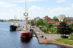 Blick auf den großen Hafen / Bontekai in Wilhelmshaven; Museumsschiffe u. a. das Feuerschiff Weser an der Hafenpromenade.
