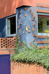 Kermikdetails am Wohnhaus und Keramikwerkstatt / Töpferei des Keramiker Willi Ohler,  der 1930 das Gebäude nach seinen Vorstellungen errichten ließ. Das am Weyerberg bei Worpswede gelegene Gebäude wird als Ferienhaus genutzt.