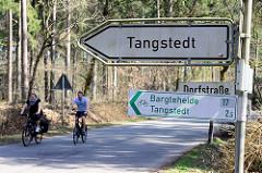 Schilder am Tangstedter Forst, Hinweis für Fahrradfahrer Richtung Barteheide / Tangstedt.