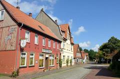 Blick in die Rosenstraße von Soltau; links die alten Schützenstuben sowie Wohnhäuser im unterschiedlichen Baustil an der Kopfsteinpflaster Straße.
