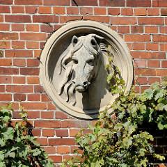 Pferdekopf / Skulptur - Steinporträt eine Pferde an der Hausfassade eines Bauernhofes in Worpswede.