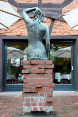 """Das Kaffee Worpswede / Große Kunstschau ist ein expressionistischer Bau, am Fuße des Weyerbergs von Worpswede gelegen. Das Backstein-Ensembles  dient seit 1925 als Café und Restaurant. Das Kaffee wird im Volksmund auch """"Café Verrückt"""" genannt"""